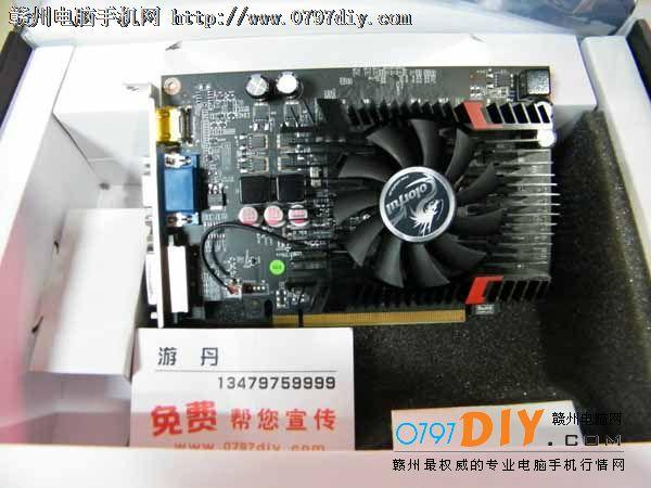 七彩虹630灵动鲨D5 2G显卡以高性价比著称,它配置2G/128BIT GDDR5显存,采用鲨鱼仿生散热器,能有效的降低温度。它是家用上网、游戏和娱乐的首选显卡,喜欢的朋友不妨关注一下。    七彩虹630灵动鲨的核心代号为GF108,显示核心运用经过改良的40nm工艺,能够为显卡带来更好的性能。十分可贵的是显卡搭载了GDDR5高速显存颗粒,组成了1024M/128bit的显存规格,高规格的显存能够让显卡发挥出更加强大的性能,大厂的作风在这里体现无疑。    七彩虹630 灵动鲨 D3 1024M虽然定